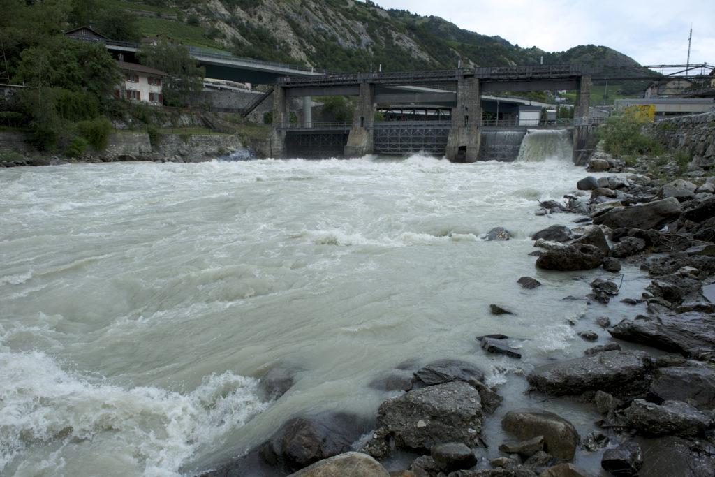Barrage servant de prise d'eau sur le fleuve